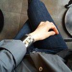 ブラックデニムと ゆったりシャツのコーデ 今日の服