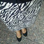 ゼブラ柄のスカートと黒のバングル