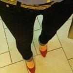 赤いスエードパンプスとブラックデニムのコーデ 今日の服