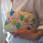 花の刺繍のクラッチバッグのコーデ