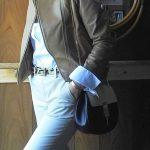 白シャツに革ジャケットを合わせる  ベージュの革ジャンコーデ その5