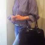 デニムにストライプシャツ J&M DAVIDSONのバッグを合わせるコーデ